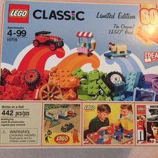 LEGO Limited Edition - Classic Town - 10715 - Jeu de construction Bricks on a Roll 60th anniversary Set