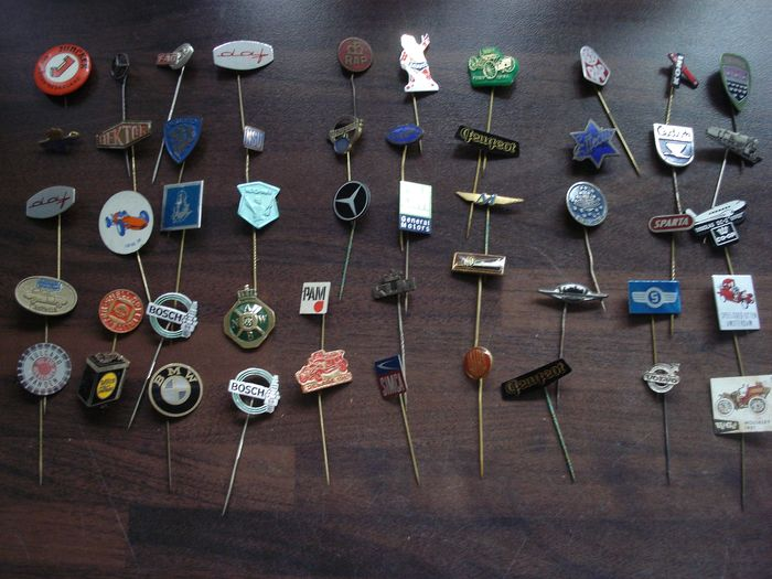 Almost 300 automobilia and other transport pins - various brands - 1960-1980