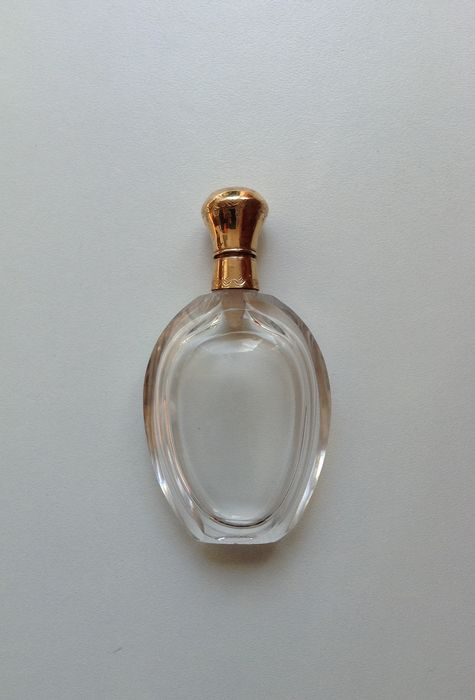 Perfume bottle, Antique oval faceted, with golden top. - .585 (14 kt) gold, crystal - Netherlands - 20th century.