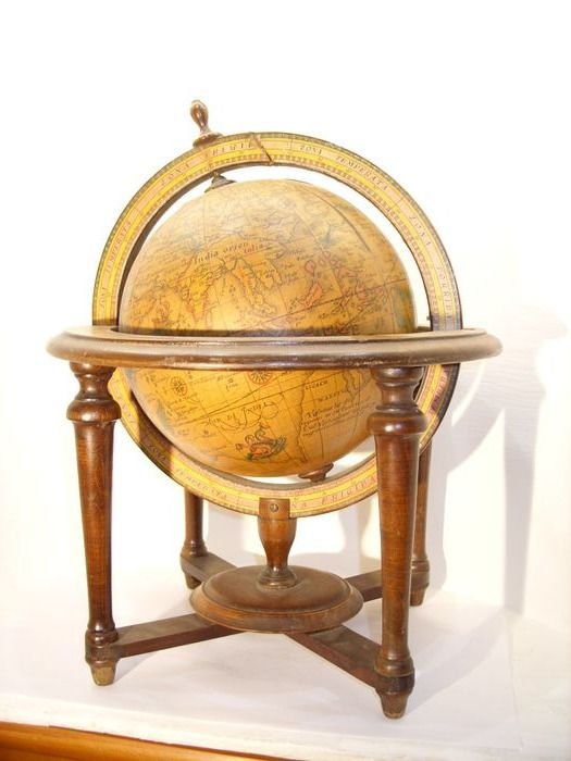 Mercator on a chair - Wood paper