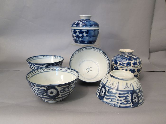 Ming-style bowls 4x and 2 lid jars (6) - Porcelain - China - late 19th early 20th century