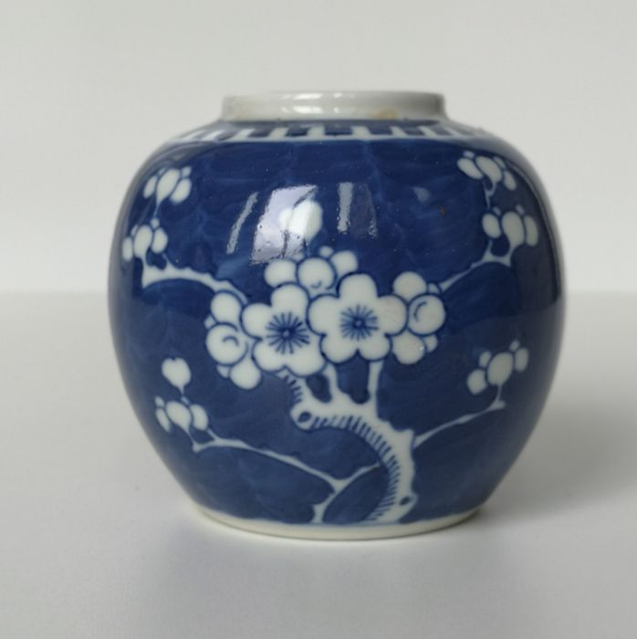 Ginger jar (1) - Blue and white, Cobalt blue, Floral - Porcelain - Flowers, Plum blossom - Gemberpotje - China - First half 20th century