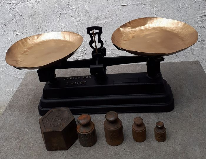 Portee - antique scale with 5 weights - cast iron and copper