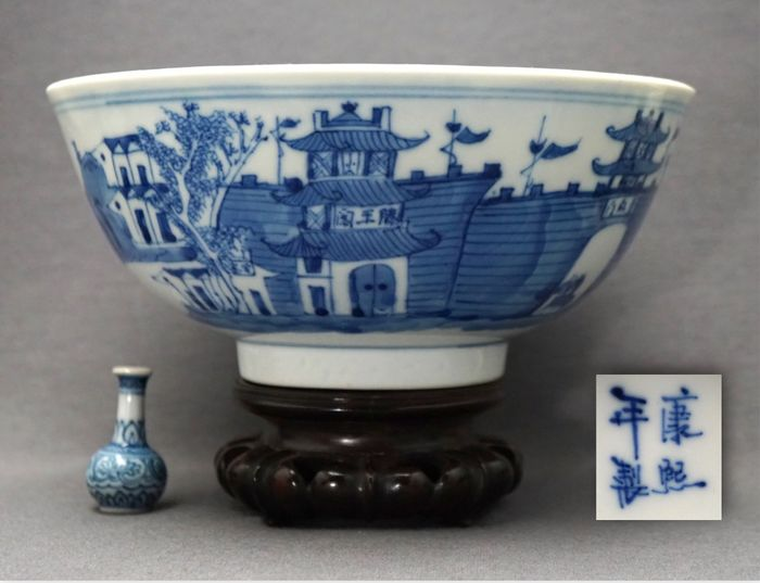 Bowl - Porcelain - Interesting - Figures and animals around fortified town, buildings with characters - marked Kangxi - China - 19th century