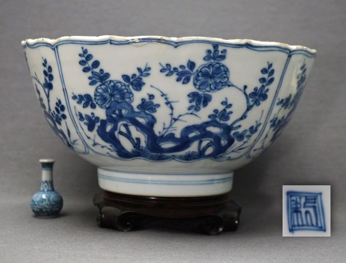 Bowl - Porcelain - Chrysanthmum and blossoms on pierced rock - Marked Zhuanshu seal in double circle - China - Kangxi (1662-1722)