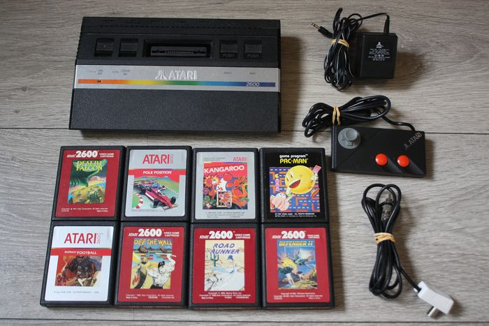 Atari 2600 Junior - With cables, controller, and 8 games - Poolpositie, Desert Falcon, Pac Man, enz