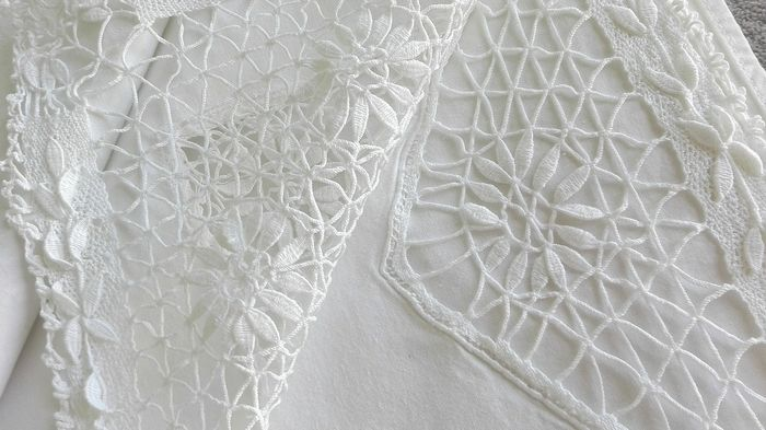 Precious sheet with bobbin lace and hand embroidery - Cotton - mid 20th century