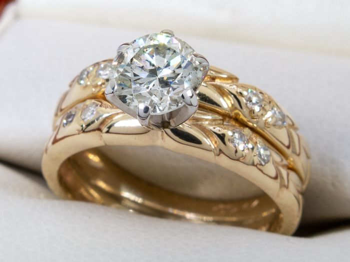 14 kt. Gold - 0.87 carat diamond ring with 0.73ct brilliant center.