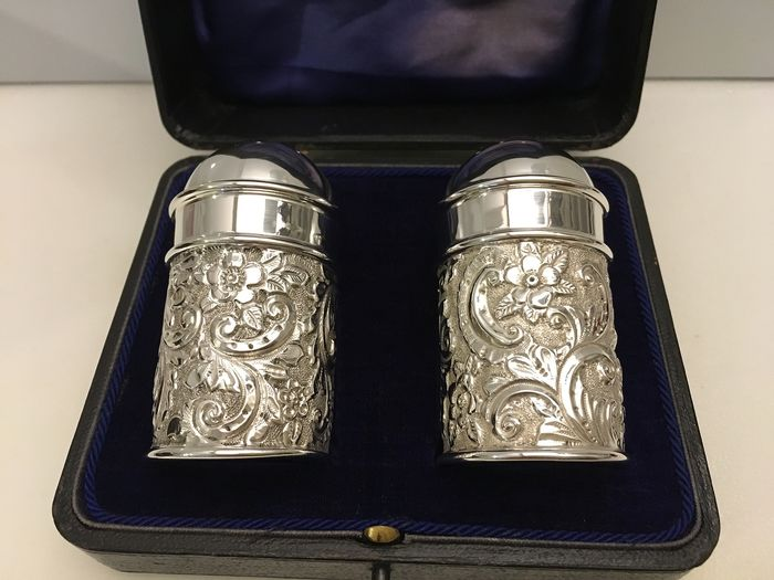 Victoriancased 120 years old sterling silver rococo style matching pair of pepper shakers  (2) - Silver - U.K. - 1899