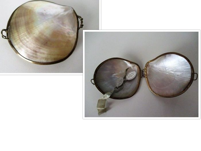 Box of mother-of-pearl with miraculous medals - Mother of pearl