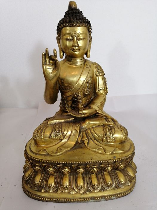 Buddha holding a pagode - Giant size - Patinated bronze - Sino Tibet - Second half 20th century