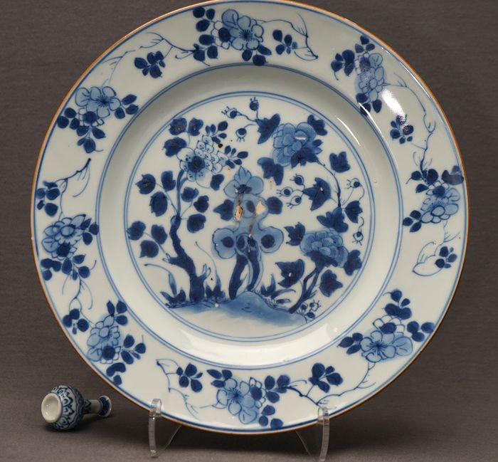 Assiette - Bleu et blanc - Porcelaine - Peonies and blossoms besides pierced rock  - Chine - Kangxi (1662-1722) -Qianlong (1735-1796)