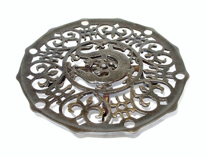 A nice coaster, dessous flat - cast iron