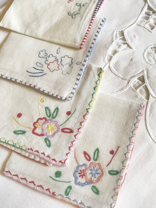 Cotton tablecloth with openwork flowers and four thread napkins. - Cotton masked. Thread.