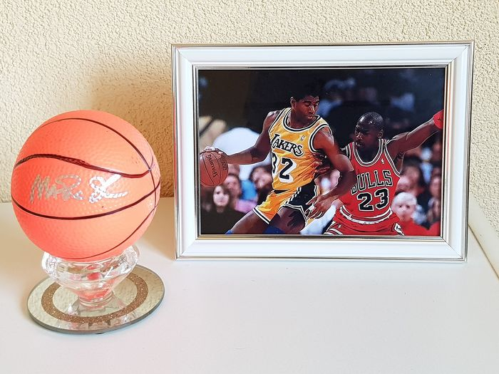 NBA Basketbal - Magic Johnson - Handgetekend basketbal in glazen display + ingelijste foto Magic en Jordan