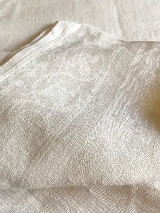 Pure damask thread tablecloth. Flower flies. Perfect state. - Pure thread. Thick, with plot.