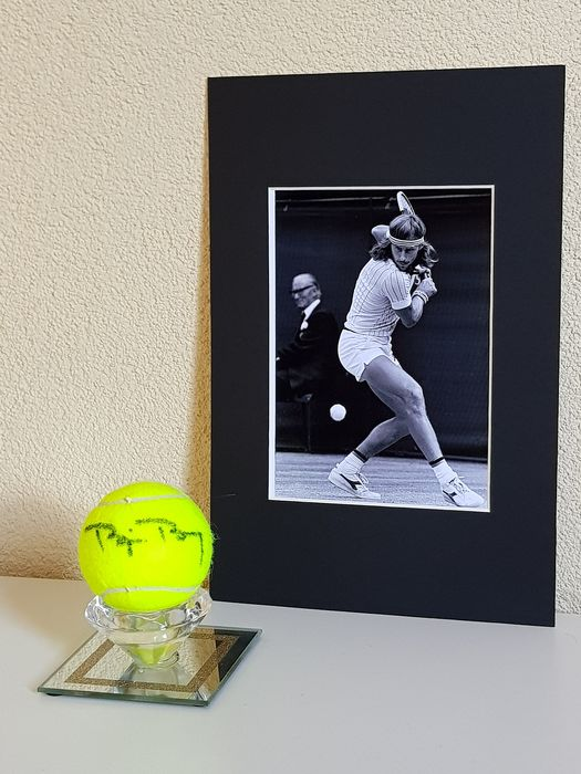 Tennis - Bjorn Borg - Hand signed new tennis ball in glass display + Photo in passepartout