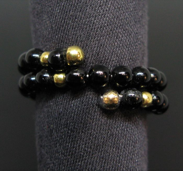 Contrarié - 18 kt. Yellow gold - Ring Natural Onyx Ø 3,0 mm diameter - and 18 kt yellow solid gold round beads Ø 2,20 mm diameter