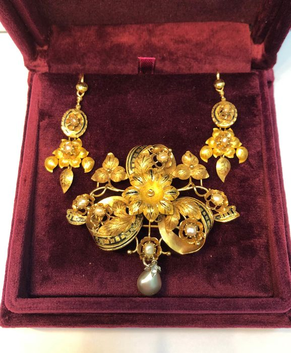 18 kt. Yellow gold - brooch with earrings Mixed