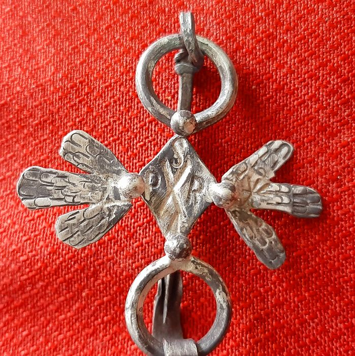 Medieval Silver Fibula with central rhombus and engraved petals. - 40×2×50 mm