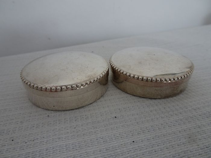 2 pill boxes with a pearl rim (2) - .915 silver - Spain - Second half 20th century