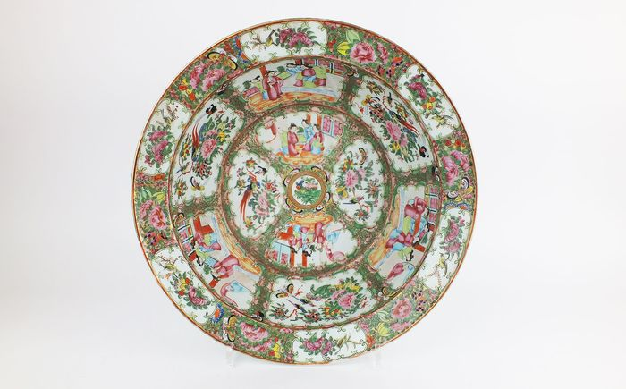 Dish - Canton - Porcelain - A Large Chinese Rose Medallion Basin, Canton, Dim: 40,5 cm. - China - Qing Dynasty (1644-1911)