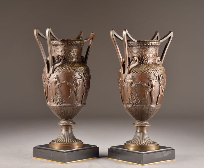 Pair of French Neo Greek bronze patinated Amphora or Urns on black marble base (2) - Neoclassical - Bronze (patinated), Marble - 1880