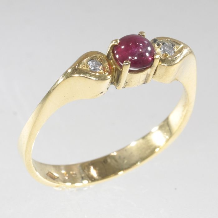 18 kt. Yellow gold - Ring, with ruby and diamonds - Circa late 1970's - Vintage / Retro - Engagement Ring - 0.20 ct Ruby - Diamonds, NO RESERVE PRICE