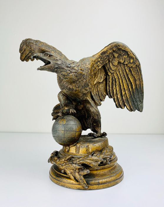 Sculpture of an Eagle protecting the Globe - Gilt, Lead - Second half 19th century