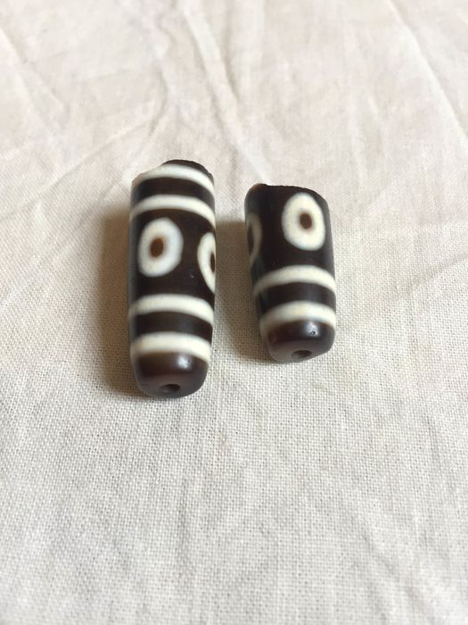 Amulets (1) - Agate - an Eight eyes Dzi Beads of Tibet in a broken condition.  - Tibet - Late 20th century