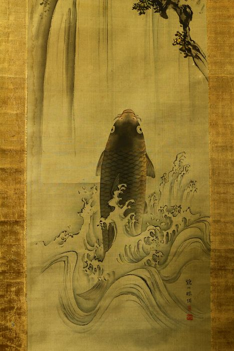 Pergamino colgante - Madera, Papel, Seda - Carp ascending waterfall - With signature and seal 'Kakusen Shogi' 鶴川勝儀 - Japón - Periodo Meiji (1868 -1912)