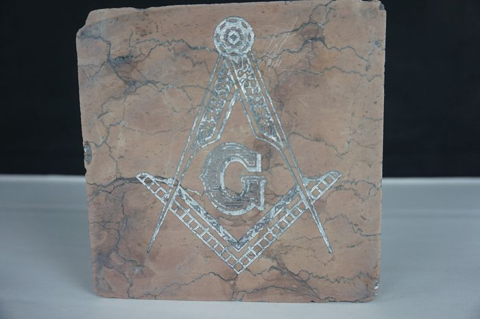Massoneria  - Superb Marble with silver leaf engraving Master Mason - made in white red