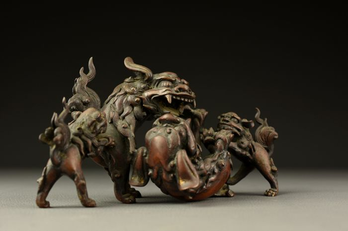 Okimono (1) - Bronce - Very fine pair of ferociously combating foo dogs (shishi) with their cubs - Japón - siglo XIX