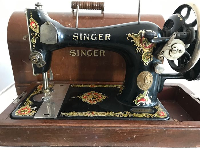 Singer 128k - Sewing machine with wooden dust cover, 1925 - Iron (cast/wrought)