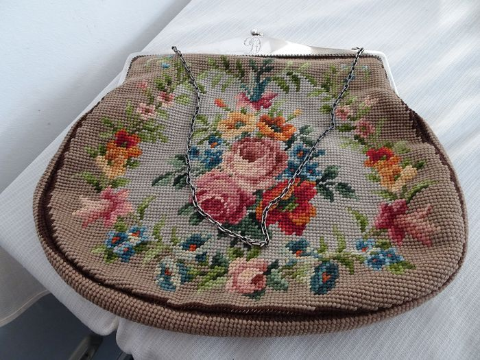 Embroidered bag with very large silver bracket - .800 silver - Presumably Germany - First half 20th century