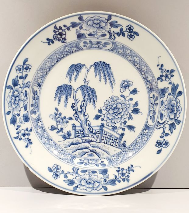 Beautiful plate with peonies and weeping willow in the garden (1) - Blue and white - Porcelain - Flowers - China - 18th century