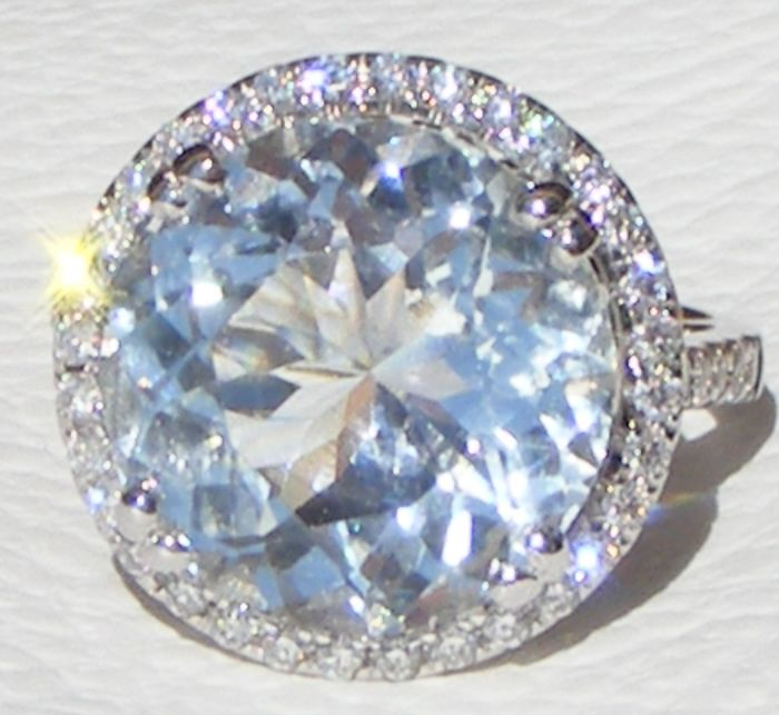 18 kt. White gold - Ring - 7.07 ct Aquamarine VVS1 Blue Unheated - 0.88 ct diamonds