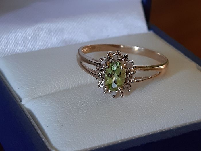 10 K / 417  Gold - Cluster Ring set with Natural green Peridot - & Diamonds.