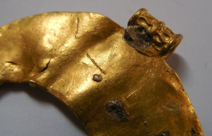 Early medieval Gold big heavy moon amulet with grain with losses 43*33 mm -  Catawiki