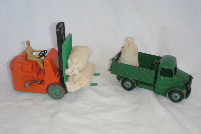 """Dinky Toys - 1:48 - First Issue """"Bedford End Tipper Truck"""" no.25m - 1948  - First Issue """"Coventry Climax Fork Lift Truck"""" no.14c - 1949 & 3 x Dinky Toys Bags"""