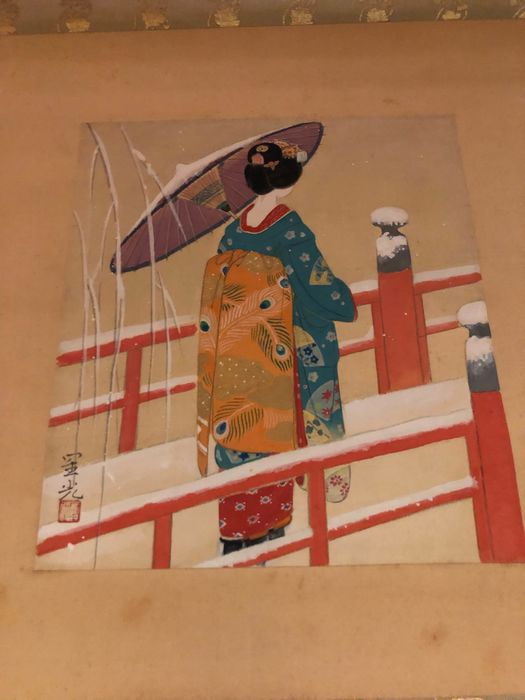 Hanging scroll - Silk - Geisha crossing a bridge in snow - With signature and seal 'Seiko' 星光 - Japan - ca. 1920-30 (Taisho / Showa)