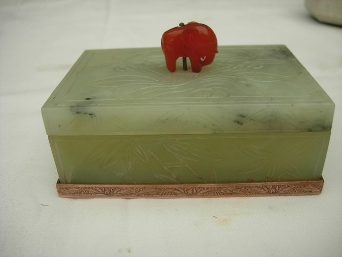 Jade box. - Serpentine - China - Early 20th century