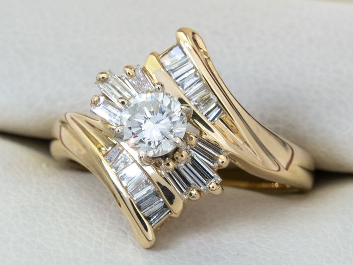 14 kt. Gold - 0.90 Ct - diamond ring with 0.37 carat center.
