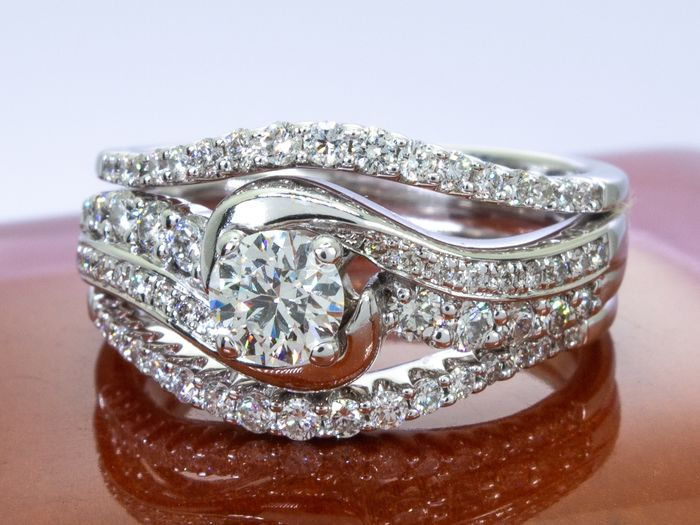 14 kt. Gold - 1.23 Ct - diamond ring with 0.38 carat VS2 center.