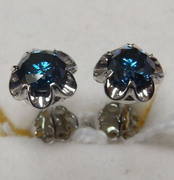 18 kt. White gold - Earrings, Diamonds Bright Size, 0.68 ct. and 0.67 ct. (1.35 ct. Total) (Fancy Blue / SI2). IGE certificate.
