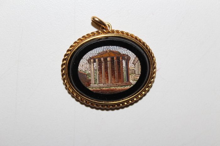 Yellow gold, glass - Pendant, with micro mosaic of a Greek temple.