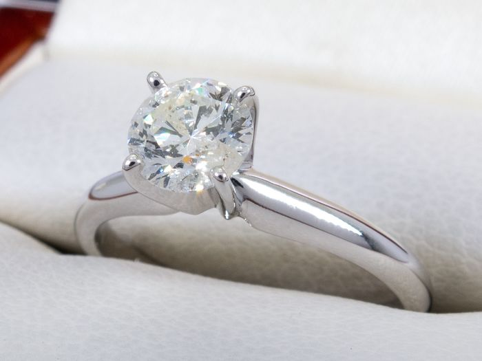 14 kt. Gold - Diamond ring with 0.63ct. solitair center.