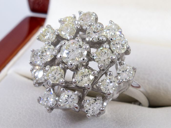 14 kt. Gold - 1.69Ct - Luxurious Art deco flower shaped diamond ring