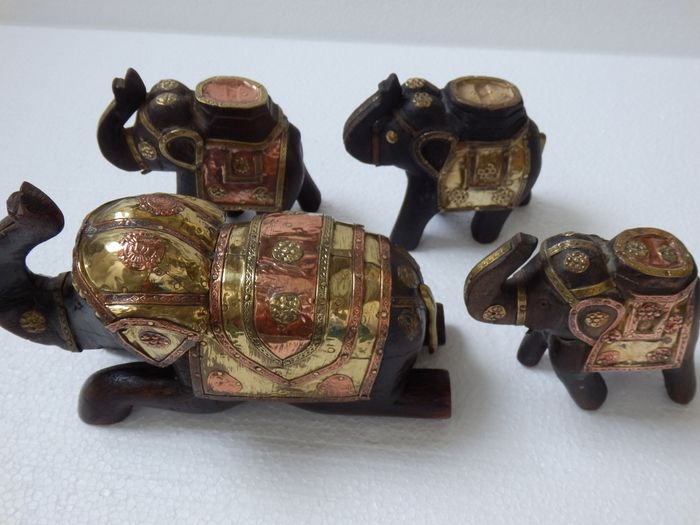 Collection of 4 Elephants with Beautifully handmade decorations in Copper and Brass. - Wood and copper - elephants - India - Second half of 20th century