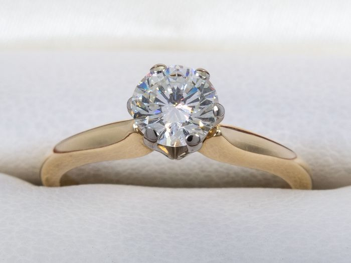 14 kt. Gold - Diamond ring with 0.56ct. solitair VS1 center.